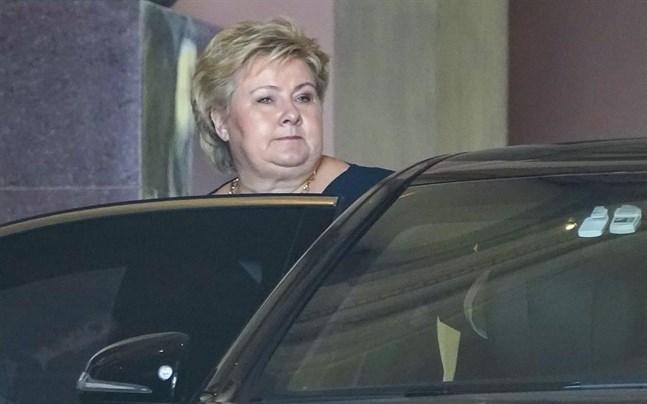 Erna Solberg lämnar slottet i Oslo efter att formellt ha meddelat kungen att hon avgår.