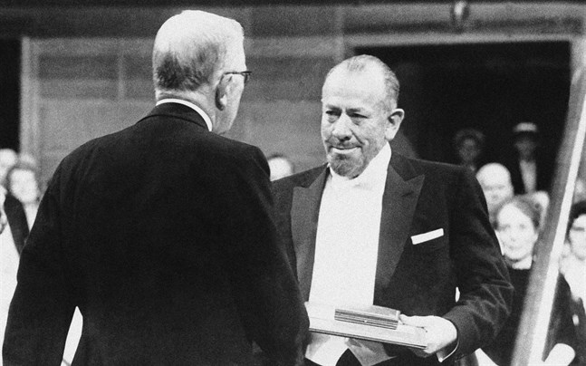 John Steinbeck tar emot nobelpriset i litteratur 1962.