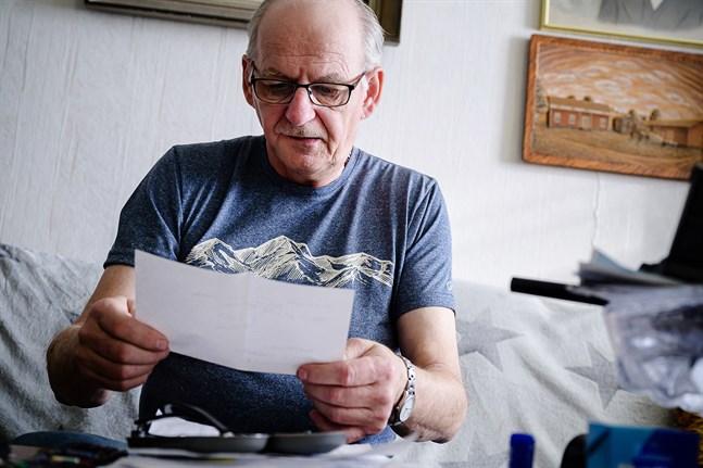 Göran Berglund har ungefär 30 papper om sin vård som han inte kan översätta.