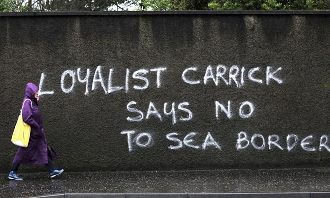 """""""Lojalister i Carrick säger nej till en gräns till havs"""", lyder budskapet på en vägg i Carrickfergus i Nordirland, där brittiskvänliga fraktioner protesterar mot de kontroller som blivit följd av Storbritanniens utträde ur EU. Nu väntar nya EU-förslag för att lätta på situationen. Arkivfoto."""