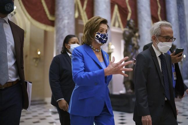 Nancy Pelosi, representanthusets talman, inför omröstningen i kammaren.