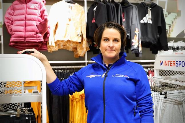 Maria Uuro har en hektisk arbetsdag när Intersport Wasasport för första gången har öppet i Stenhaga.