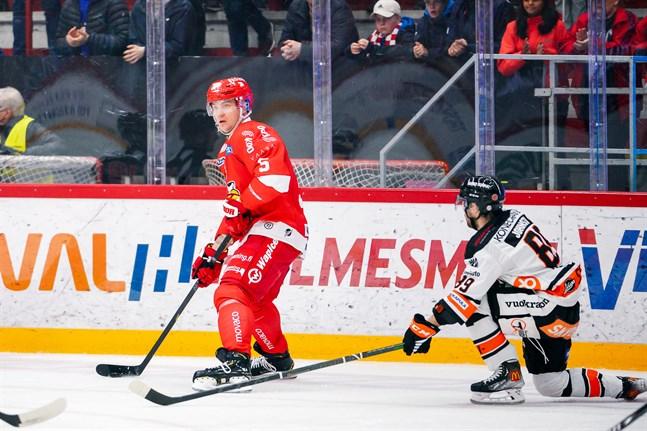 Olavi Vauhkonen och förstakedjan gjorde en hyfsat bra match. HPK-backen Ryan Johnston åkte på 2+10 för tackling mot huvudet i tredje perioden.