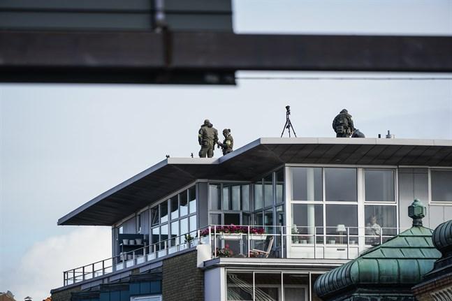 Polisens krypskyttar på tak intill synagogan i centrala Malmö.