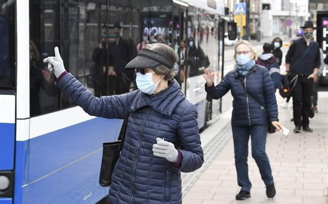 Juha Salonen uppmanar folk att fortsätta använda ansiktsmask på offentliga platser. Samma rekommendation gäller i stora delar av landet.