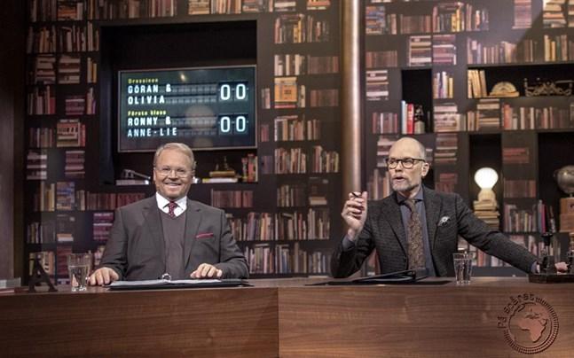 """Domaren Fredrik Lindström och programledaren Kristian Luuk i frågeprogrammet """"På spåret""""."""