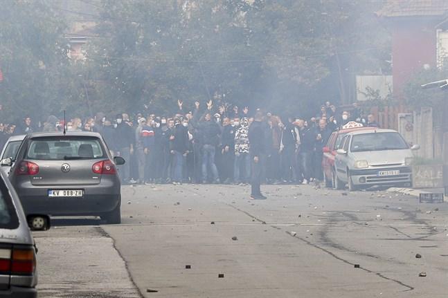 En grupp kosovoserber blockerar en gata i Mitrovica i Kosovo.
