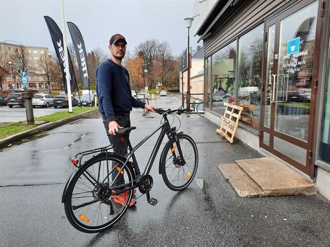 Patrik Vesterlund visar en Trek Dual Sport 3-cykel, exakt likadan som den som stals i fredags.