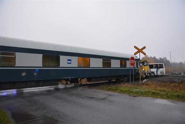 Polisen har nu utrett vilka hastigheterna var i kollisionsögonblicket när ett arbetståg krockade med en skolbuss vid Sankt Eskilsgatan i Kaskö förra tisdagen.