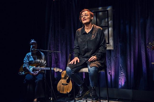 Musiken är en viktig del i föreställningen. Maria Udd har valt låtar som betytt mycket för henne. Här tillsammans med musikern Evelina Salonen.