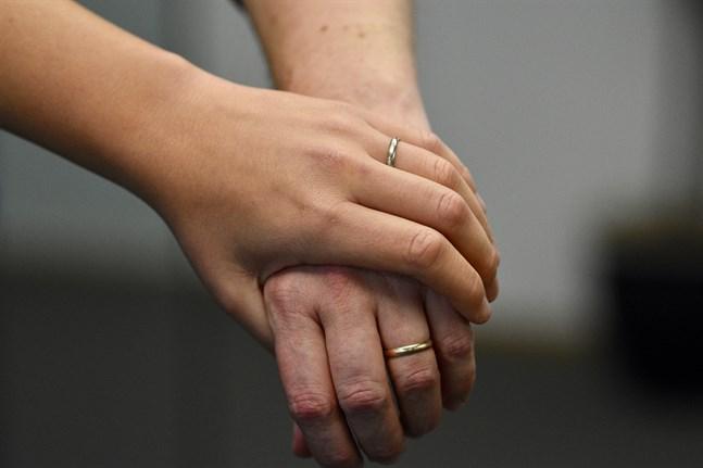 Skyddet för dem som utsätts för tvångsäktenskap ska förbättras i Finland, slår regeringen fast.