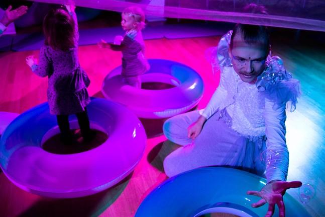 Lek med ljus och skugga. Med hjälp av färgsättning och musik förändras stämningen mellan scenerna.