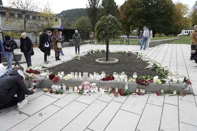 Blommor, ljus och nallebjörnar läggs ner som tecken på den sorg som drabbat Kongsberg.