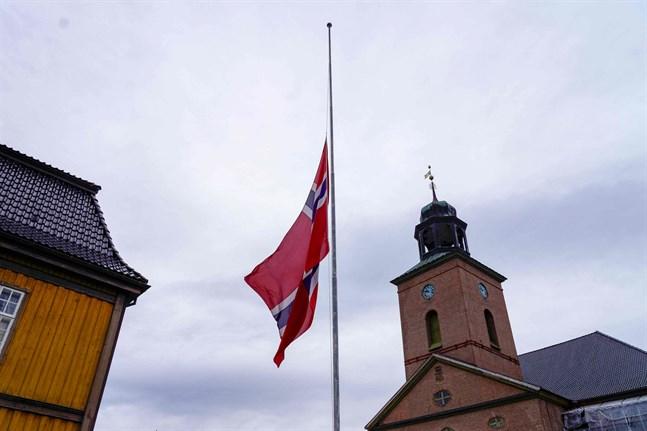 Flaggan vajar på halv stång i Kongsberg.