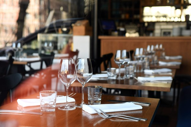 Restauranger, kaféer och barer i Mellersta Österbotten berörs från och med fredag av coronarestriktioner.