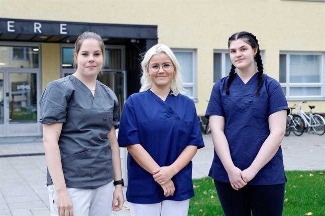 Petra Ingman, Linn Granbacka och Wilma Hammarberg går sjukskötarutbildningen på yrkeshögskolan Novia.