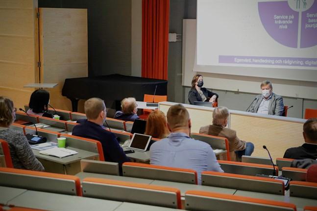 Styrelseordförande Anna Bertills och fullmäktigeordförande Kjell Heir lyssnar till ledningen från kommande Österbottens välfärdsområde.