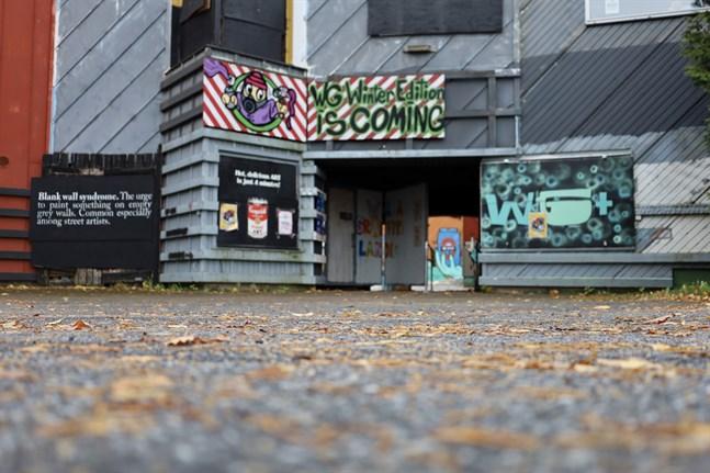 """""""Winter Edition is coming"""" står det på en skylt ovanför ingången till det färgstarka Wasa Graffitilandia."""