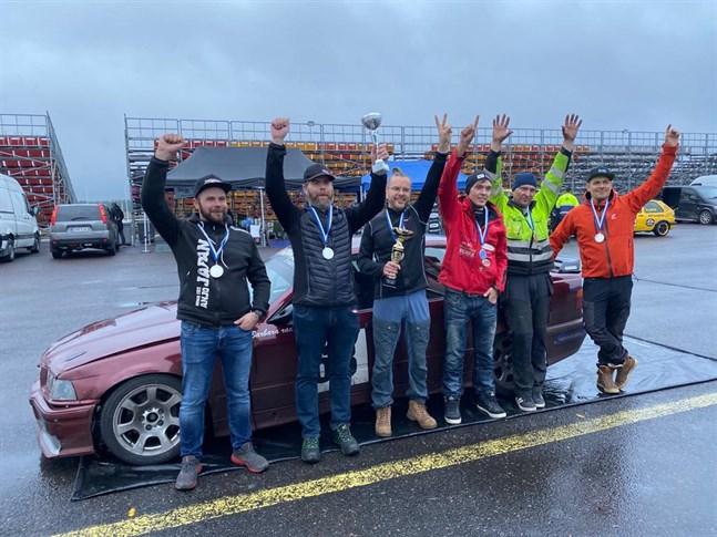 Förarna hade orsak att jubla när säsongen avslutades i Alastaro. Teamet bestod från vänster av Pasi Jalonen, Hannu Karesola, Sebastian Back, Tommi Nyvall, chefen Olavi Mäkinen och Jukka Västilä.